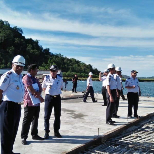 Direktur Pelabuhan  Laut Kementerian Perhubungan RI di damping sejumlah staf Dinas PErhubungan Kabupaten Jayapura saat meninjau lokasi pembangunan Pelabuhan Peti Kemas Depapre, Senin (07/01)