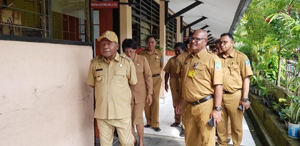 Bupati Jayapura Mathius Awoitauw saat memantau pelaksanaan Ujian Nasional SMP Advent Doyo Sentani, Selasa (2342019).