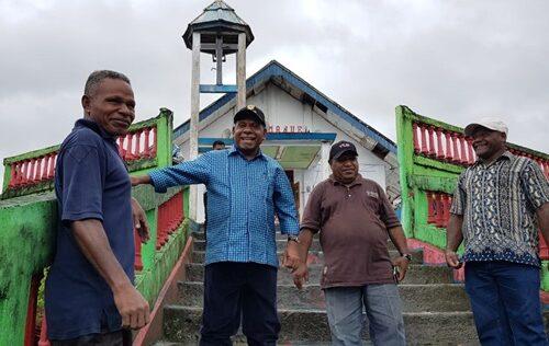 Bupati Jayapura dan Tim mengunjungi pos pengungsi di danau sentani
