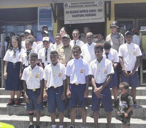 Bupati Mathius Awoitauw foto bersama siswa SMP di Kampung Hobong Distrik Sentani Kabupaten Jayapura Selasa 942019