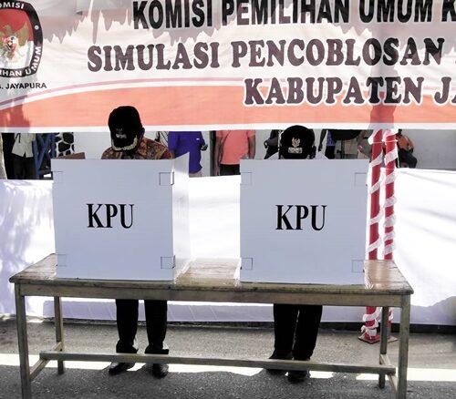 Bupati Mathius Awoitauw melakukan simulasi pencoblosan surat suara dalam kegiatan simulasi pencoblosan yang dilakukan oleh KPU Kabupaten Jayapura di lapangan upacara pemda Jayapura, Kamis 11042019