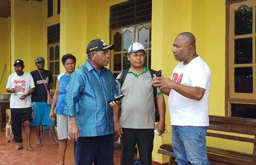 Kadistrik Sentani menjelaskan kondisi yang terjadi di wilayah danau sentani kepada bupati jayapura