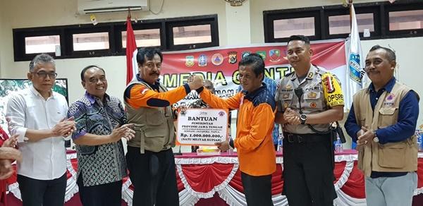 Pelaksana tugas Badan Penanggulangan Bencana Daerah Provinsi Jawa Tengah Sudaryanto menyerahkan dana secara simbolis sebesar 1 miliar kepada pemerintah daerah kabupaten Jayapura
