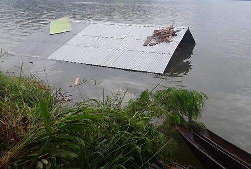 Salah satu rumah warga di danau sentani yang terendam akibat luapan air danau yang terus meningkat pasca banjir sentani