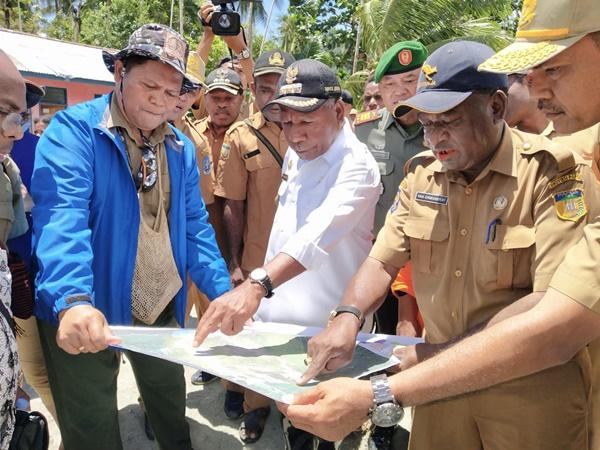 Bupati Jayapura Mathius Awoitauw saat melihat dena kondisi wilayah usai dilanda banjir bandang,