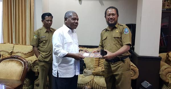 Bupati Jayapura Menyerahkan SK Pemecatan Kepada ASN yang melakuakan tindakan korupsi