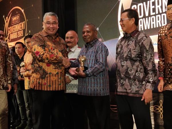 Bupati Mathius saat menerima penghargaan sindo government award 2019