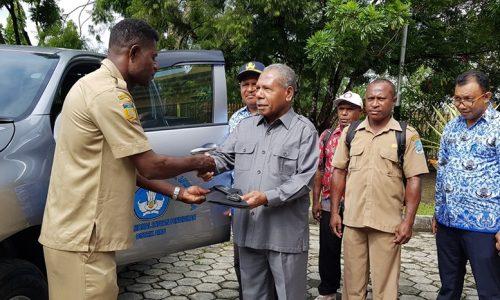 Bupati jayapura memberikan bantuan mobil ke Distrik Airu