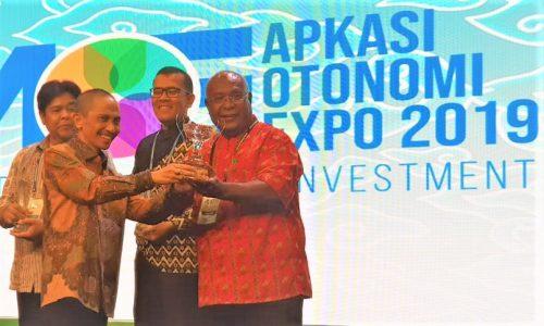 Kepala Dinas PM PTSP mewakili Kabupaten Jayapura menerima trophi