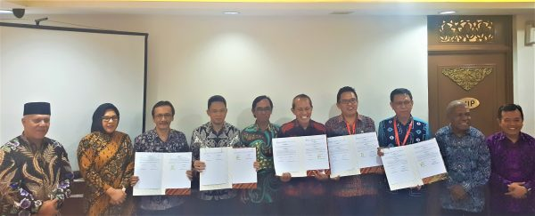 foto bersama LKBN ANTARA-para bupati dan kadis kominfo seusai penandatanganan PKS