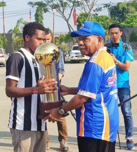 Bupati Jayapura menerima piala U-14